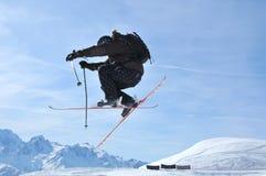 Het springen van de skiër Stock Fotografie