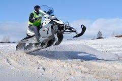 Het springen van de sneeuwscooter Royalty-vrije Stock Afbeeldingen