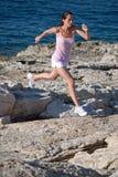Het springen van de vrouw Royalty-vrije Stock Afbeeldingen