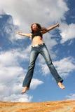 Het springen van de vrouw van vreugde royalty-vrije stock foto's