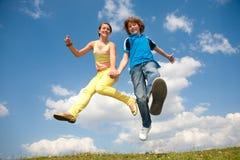 Het springen van het meisje en van de jongen. Zachte nadruk. Nadruk op ogen Royalty-vrije Stock Foto