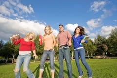 Het Springen van studenten Stock Afbeeldingen