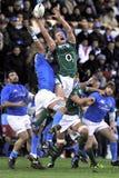 Het springen voor de bal bij Naties RBS 6 Stock Fotografie