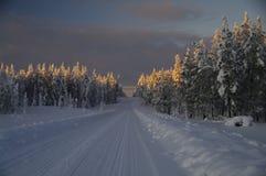Het sprookjesland van de winter bij zonsondergang Stock Foto