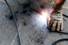 Het staal van lasserswelding sparks in fabriek Royalty-vrije Stock Foto's