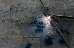 Het staal van lasserswelding sparks in fabriek Royalty-vrije Stock Foto