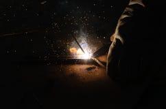 Het staal van lasserswelding sparks in fabriek Stock Foto's
