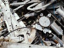 Het staal van het schrootijzer van het oude autowachten om te recycleren stock afbeelding