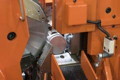 Het staalbar van het cirkelzaag scherpe hulpmiddel door automatisch voer stock foto's