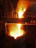 Het staalproductie van de staalwerken Gesmolten, gloeiend, geel, wit, metaal het gieten in kovsh ognennye vonkenvlieg Royalty-vrije Stock Afbeelding