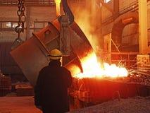 Het staalproductie van de staalwerken het gesmolten, het gloeien, rood, geel, wit, metaal vliegt gieten van emmer in de vorm van  Royalty-vrije Stock Afbeelding