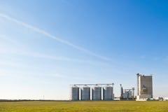 Het staalsilo's van het landbouwbedrijf Stock Afbeeldingen
