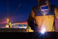 Het staalstructuur van het fabrieksarbeiderlassen voor de infrastructuurbouw project met bouwwerf stock foto