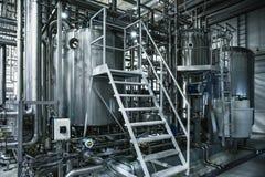Het staaltanks van de brouwerijproductie en pijpen, machineshulpmiddelen en vaten, bierproductie royalty-vrije stock foto's