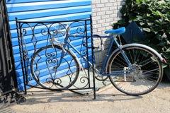 Het staande vistuig van de stadsfiets en rode bakstenen muur, uitstekende fiets Het Retro modieuze cirkelen in stad Stock Foto's