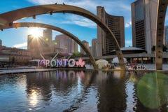 Het Stadhuis en Nathan Phillips Square van Toronto bij zonsondergang stock fotografie