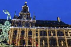 Het Stadhuis van Antwerpen met standbeeld van Silvius Brabo in België stock afbeelding