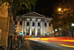 Het stadhuis van Dublin bij nacht, glanzende verkeerslichten en kleurenlichten en slepen van het verkeer, Dublin, Ierland Stock Foto's