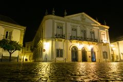 Het stadhuis van Faroportugal bij nacht stock fotografie