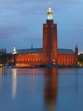 Het Stadhuis van Stockholm bij nacht in de zomer Stock Foto