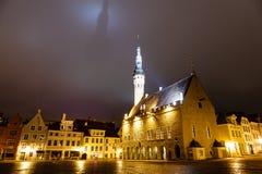 Het Stadhuis van Tallinn Bij de Gietende Schaduw van de Nacht Stock Fotografie