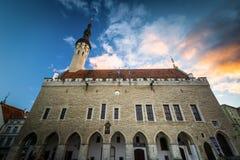 Het Stadhuis van Tallinn bij zonsondergang, in de Oude Stad, Tallinn, Eston stock afbeeldingen