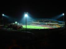 Het stadion van de voetbal bij nacht met schijnwerpers Royalty-vrije Stock Foto's