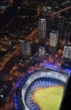 Het stadion van het honkbal met wolkenkrabbers stock afbeelding