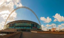 Het stadion van Wembley in Londen, het UK op een zonnige dag Stock Afbeelding