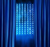 Het stadium brengt blauwe gordijnen onder de aandacht Royalty-vrije Stock Afbeeldingen