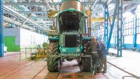 Het stadium van de transportbandassemblage het lichaam van tractor bij fabriek timelapse