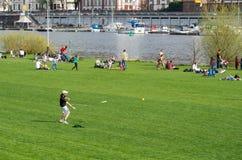 Het stadsleven: vakantie op riverbank van de Rivier van Neckar in de lente Heidelberg, Duitsland - April 12 2015 royalty-vrije stock afbeeldingen