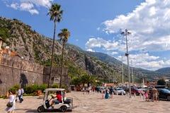 Het stadsleven van Kotor Stock Foto's