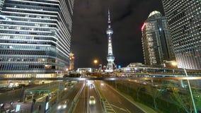 Het stadsverkeer & stak helder stedelijke economische wolkenkrabber bij nacht aan, Shanghai China stock videobeelden