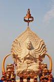Het standbeeld dat van Boedha in de zon glanst Stock Afbeeldingen
