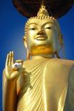 Het standbeeld dat van Boedha het vredesteken geeft stock afbeelding