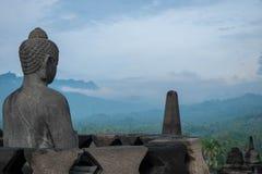 Het standbeeld die van Boedha over vallei kijken stock foto