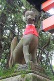 Het Standbeeld die van de steenvos het Heiligdom van Fushimi Inari in Kyoto, Jap bewaken Stock Foto's