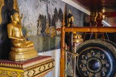 Het standbeeld en de gong van Boedha Stock Afbeeldingen