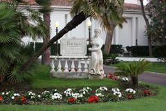 Het standbeeld en de lichten ontmoeten bezoekers bij de ingang in de avond stock foto's