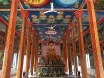 Het standbeeld en de muurschilderingen van Boedha bij Wat Preah Prom Rath-tempel in Siem oogsten, Kambodja stock foto's