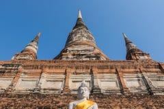 Het standbeeld en de pagode van Boedha in Wat Yai Chai Mongkhon, historica stock afbeeldingen