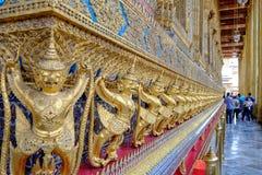 Het standbeeld is het Garuda geschilderde die goud in de tempels in Boeddhisme wordt verfraaid royalty-vrije stock foto's