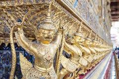Het standbeeld is het Garuda geschilderde die goud in de tempels in Boeddhisme wordt verfraaid stock afbeelding