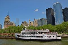 Het standbeeld kruist veerboot die met passagiers Batterijpark naderen Stock Afbeeldingen
