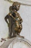 Het standbeeld Manneken Pis van de Pissingsjongen in Brussel België stock foto's