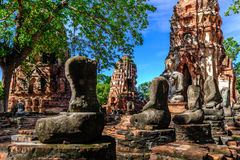 Het standbeeld oude zonder hoofd van Boedha gebroken in Wat Mahathat, Ayutthaya, Thailand Stock Afbeelding