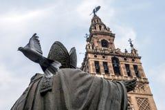 Het standbeeld tegengesteld aan de windwijzer van Sevilla, duif stelt de vlucht, Andalusia, Spanje in werking royalty-vrije stock afbeeldingen
