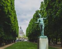 Het standbeeld tussen bomen met Pantheon in de afstand, in Luxemburg tuiniert in Parijs, Frankrijk royalty-vrije stock foto's