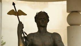 Het standbeeld van Apollo dichtbij Centraal Mineraal baadt in Sofia, Bulgarije, deity monument stock video